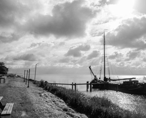 De tjalk Zuiderzee aan de Zuyderzeedijk